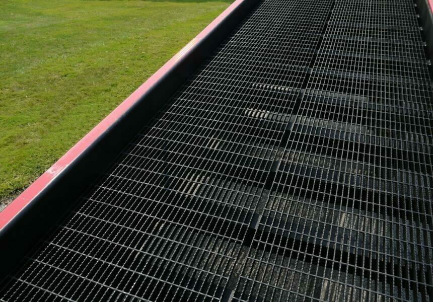 Serrated deck grating on heavy duty ramp